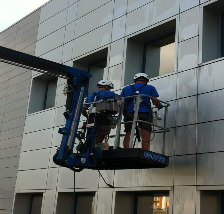 Pulizia facciata in alluminio